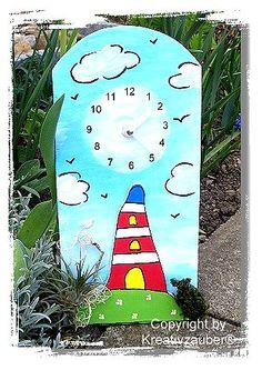 Wie man diese Dachziegel-Uhr mit der maritimen Leuchtturm-Landschaft ganz einfach nachbasteln kann (inklusive Bastelvorlage ★ ) verraten wir hier: http://kreativ-zauber.de/leuchtturm-bastelvorlage/