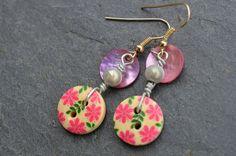 Boucles d'oreilles, boutons bois fleurs roses et nacres - Bijoux fantaisie TessNess : Boucles d'oreille par tessness