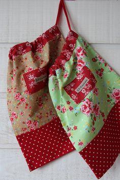 Sac à lingerie / pochon (n°160) fleuri - Un grand marché Satin Rouge, Apron, Lingerie, Couture, Fashion, Thank You For Gift, Floral, Pouch, Haute Couture