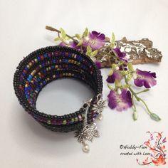 Wunderschönes Armband aus alten und neuen Rocaillesperlen.  Den alten Rocaillesperlen sieht man an, das sie alt sind, teilweise fehlt schon etwas die Farbe, aber gerade das macht dieses Armband so wunderschön.  Es kann einfach über das Armgelenk gezogen werden, dadurch kann es über fast alle Armgelenke gezogen werden. Die Enden sind mit Tibetsilber-Blumen und -schmetterlingen + Perlen verziert.