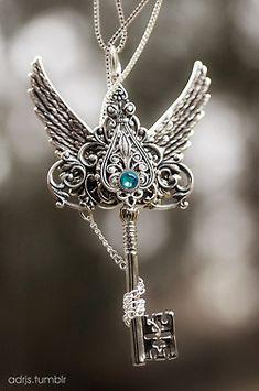 Efeito mórbido: Chaves, antigas ,belas, amuletos.Divas