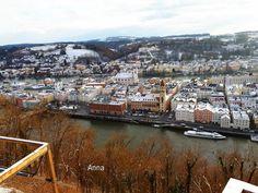 Kubah berwarna hijau adalah Dom Santo Stephan, yang menjadi landmark kota Passau. Dua sungai berbeda yang dilalui. Sungai yang ada kapal dinamakan Danube. Di seberangnya adalah Inn. Ini diseb… Places To Visit, River, Outdoor, Saints, Vatican, Passau, Outdoors, Outdoor Games, The Great Outdoors