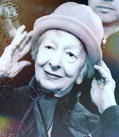 """La semplicità delle sue poesie, quel tono quasi colloquiale, quasi parlasse tra sé e sé: Wislawa Szymborska mi affascina. Qui in una bellissima poesia letta da Sergio Carlacchiani: """"Addio a una vista"""".  """"Non ce l'ho con la primavera perché è tornata. Non la incolpo perché adempie come ogni anno ai suoi doveri. Capisco che la mia tristezza non fermerà il verde. Il filo d'erba, se oscilla, [segue]""""  #wislawaszymborska, #poesia, #poesiarecitata, #italiano,"""