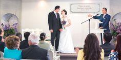 Um homem e uma mulher acabam de se casar no Salão do Reino e estão muito felizes