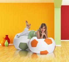 #Pufa #piłka to najpopularniejszy #fotel wśród kibiców piłki #nożnej. Przedstawiamy model large w #aranżacji #salonowej gdzie ogląda się transmisje meczów:)