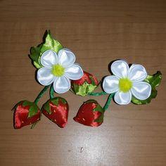 клубнички канзаши, заколки из лент. цветы из лент.