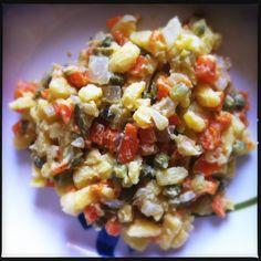Bramborový salát (Insalata di patate ceca)  Bollire le patate con la buccia. A parte bollire carote sbucciate e cipolla bianca in agrodolce (sale zucchero e aceto). Far raffreddare tutto e tagliare a cubetti. Aggiungere cetriolini in agrodolci. Eventualmente aggiungere piselli già cotti al vapore e/o uova sode. Mescolare a parte 2 cucchiai di maionese, uno di senape e due d'acqua. Aggiungere al resto con poco sale e pepe. Mescolare e servire a temperatura ambiente.