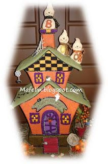 This is a haunted house, made of cardboard and lined with felt and is ready for scare everyone on halloween. but of tenderness! Imprimibles Halloween, Adornos Halloween, Halloween Projects, Halloween Crafts, Halloween Felt, Gingerbread Ornaments, Favorite Holiday, Farm Animals, Pixie