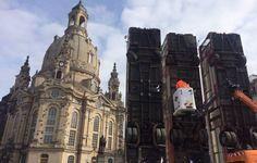 +++ Seit 7 Uhr hängt am Bus-Mahnmal auf dem #Neumarkt in #Dresden dieses Banner +++ Rechte Identitäre Bewegung bekennt sich zur Aktion +++
