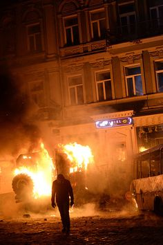 File:Dynamivska str barricades on fire. Euromaidan Protests. Events of Jan 19, 2014-5.jpg