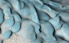 Dunas azules de la superficie de Marte captadas por el Mars Reconnaissance Orbiter de la NASA. Crédito: JPL/University of Arizona
