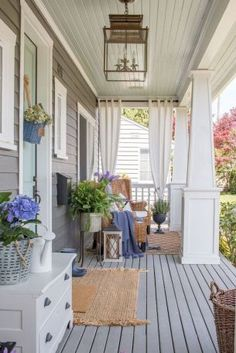16 Amazing Small Front Porch Ideas to Make Guests Feel Welcome The right front porch design can surely add lots of appeal and extra outdoor living space. To help you design your porch, we have front porch lighting ideas to inspire Small Front Porches, Front Porch Design, Decorating Front Porches, Front Porch Lights, Front Porch Seating, Fromt Porch Decor, Front Porch Decorations, Screen Porch Decorating, Diy Front Porch Ideas