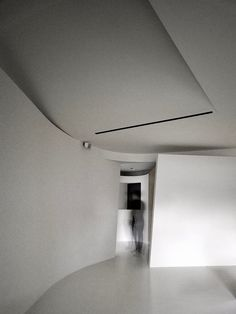 Fluid house where the basic tone is structured by the white ceiling and pandomo floor - CAANdesign Ceiling Detail, Ceiling Design, Wall Design, House Design, Interior Lighting, Room Interior, Living Room Modern, Living Room Designs, Pandomo Floor