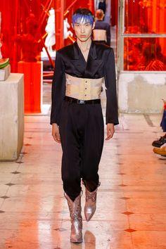 Maison Margiela Spring 2019 Menswear Fashion Show Collection: See the complete Maison Margiela Spring 2019 Menswear collection. Look 19 Boy Fashion, Fashion Brand, Runway Fashion, Mens Fashion, Vogue Paris, Fashion Communication, High Fashion Looks, Androgynous Fashion, Fashion Designer