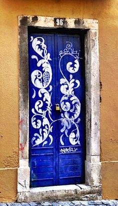 A Jurubeba Cultural:   ● Uma visão de Arte ... Uma porta.    (Bairro Alto, Lisboa, Portugal).           ...