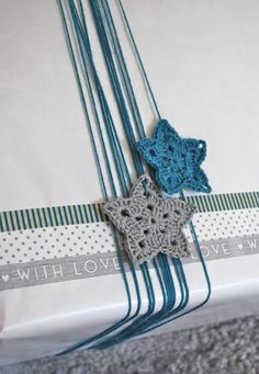Crochet stars for gift wrapping Crochet Stars, Crochet Snowflakes, Crochet Motif, Diy Crochet, Crochet Flowers, Knitting Patterns, Crochet Patterns, Christmas Gift Wrapping, Inspirational Gifts