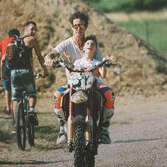 Party deliranti, salti in motocross freestyle...e poi la folgorazione: la mototerapia, dove porta i disabili a saltare con lui. La storia di Vanni Oddera parla di un ragazzo con gli organi al contrario, che desidera tornare nei boschi e che quando morirà, morirà felice.