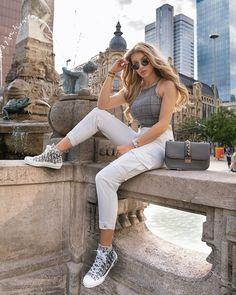 Teen Fashion Outfits, Girl Outfits, Body Poses, Girls Sneakers, City Girl, White Jeans, My Style, Pants, Beauty