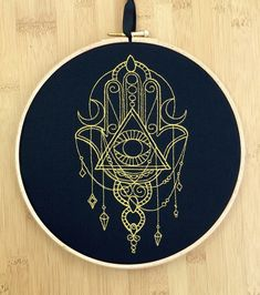 Talismano  arte ricamato a mano Hamsa tutto di StitchesOfAnarchy
