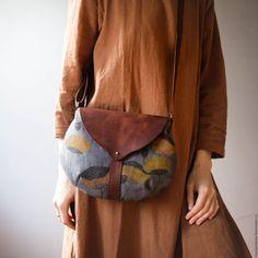 Купить или заказать Маленькая текстильная сумочка 'Маки' в интернет-магазине на Ярмарке Мастеров. Сумочка из плотного текстиля и кожи, с ручной набойкой авторскими штампами. Внутри - подклад. Ремешок с регулировкой 120 см Текстиль плотный и укрепленный, не боится воды. Кожа - плотная, но не жесткая, обработанная пчелиным воском.…