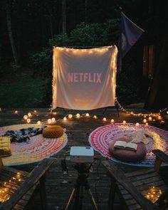 Backyard Movie Theaters, Backyard Movie Nights, Outdoor Movie Nights, Outdoor Movie Party, Backyard Movie Party, Backyard Birthday Parties, Rooftop Party, Fun Sleepover Ideas, Party Ideas For Teenagers
