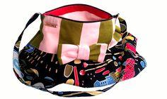 Niezwykle kobieca torebka z ozdobną kokardką. W środku podszewka i filcowy organizer. Zapinana na suwak.