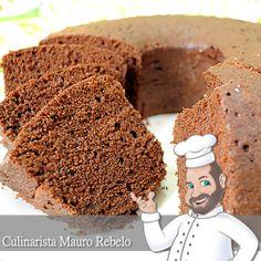 Bolo de Microondas - Chocolate Ingredientes: 1 xícara de açúcar 1 xícara de chocolate em pó 2 xícaras de farinha de trigo 3 ovos 1 xícara de óleo 1 xícara de leite fervendo 1 colher (sopa) de fermento em pó 1 pitada de sal