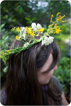 this is great! How to make a flower crown. I've only ever been partially successful at this before. Now I know where I went wrong.