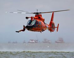 SAR mission : A diver jumps from US Cost Guard helitcopter Coast Guard Rescue Swimmer, Us Coast Guard, Military Helicopter, Military Aircraft, Coast Guard Helicopter, Us Navy, Cost Guard, Aigle Animal, Airplane Drone