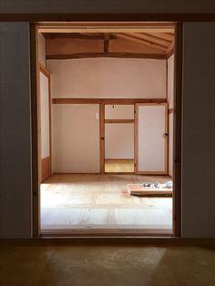 6.25 직후인 1955년 세워진 민가를 리모델링 하여 8자 9자 칸 크기 그대로의 마루를 재현.  The room shows the exact size of a Korean house in country side which was built in 1955, right after the Korean War. The house is near 38 parallel.