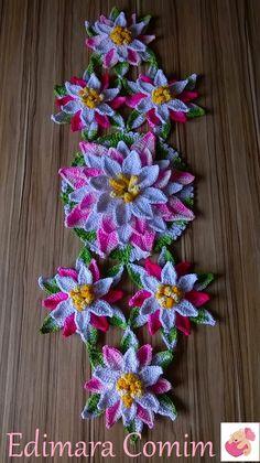 Olá...  Trabalho pronto.  Adorei fazer este trilho, muito prático e o resultado fica encantador.  Para este trilho eu usei duas flores que s...