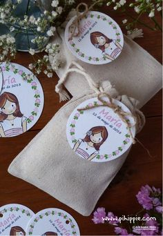 Bolstas de lino con etiqueta de comunion personalizada mellizos #comunion #etiquetascomunion #recordatoriocomunion Burlap Projects, Ideas Para Fiestas, First Holy Communion, Deco Table, Party Bags, Unicorn Party, 1st Birthday Parties, Holi, Christmas Stockings