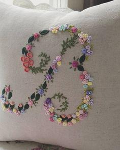 "477 curtidas, 6 comentários - peko프랑스자수 (@kang_embroidery) no Instagram: ""이니셜 쿠션 ""B"" 주문하신 분이 너무 이쁘다고 하셔서 기분 좋네요~😆 #프랑스자수 #자수쿠션 #쿠션 #embroidery #이니셜 #핸드메이드 #자수타그램 #세종시프랑스자수…"""