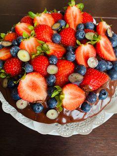 Chocolate Fruit Cake, Fruit Salad, Berries, Strawberry, Birthday Cake, Recipes, Food, Fruit Salads, Birthday Cakes