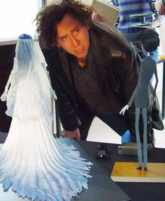 Tim Burton with the models from Corpse Bride. I wonder what he does with them after he finishes a film. Tim Burton Style, Tim Burton Art, Tim Burton Films, Desenhos Tim Burton, Tim Burton Johnny Depp, Tim Burton Corpse Bride, Laika Studios, Tim Burton Characters, Photos Rares