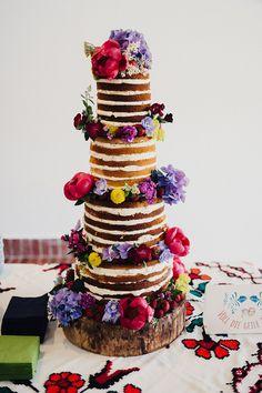 Hochzeit im Folklore Stil | Friedatheres.com naked cake with fresh flowers Fotos: Daniela Reske Blumen: Stil(l)eben Kleid: Victoria Rüsche Mobiliar: Nimm Platz Torte: Ebrus Kitchen