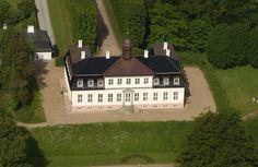 Sorgenfri Slot blev bygget af arkitekten François Dieussart i 1705 for Carl greve Ahlefeldt. Både Frederik 9. og Arveprins Knud er født på slottet