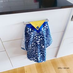 My modern style hanging kitchen towel tutorial. Kitchen Towels Crafts, Kitchen Towels Hanging, Towel Crafts, Hanging Towels, Easy Sewing Projects, Sewing Projects For Beginners, Sewing Tutorials, Sewing Crafts, Sewing Ideas