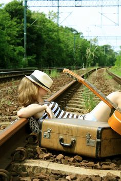 travel by train tracks Senior Portraits, Senior Pictures, Pub Radio, Message Vocal, Amedeo Modigliani, Pack Your Bags, Train Tracks, Senior Girls, Picture Poses