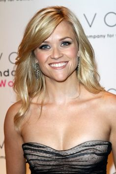 Reese Witherspoon dazzles with blonde, wavy hairstyle