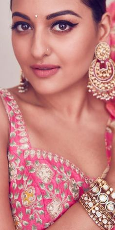 Bollywood Actress Hot Photos, Beautiful Bollywood Actress, Most Beautiful Indian Actress, Sonakshi Sinha Saree, Sonam Kapoor, Bollywood Saree, Bollywood Fashion, Samantha Pics, Indian Beauty Saree