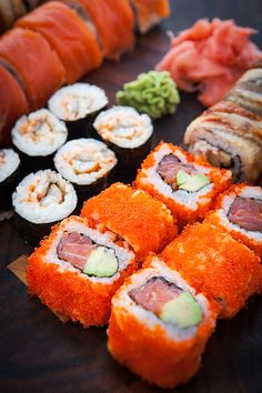 sushi and sashimi You are in the right place about Sushi em casa Here we offer you the most beautiful pictures about the Sushi sashimi you are looking for. When you examine the sushi and sashimi part Sashimi, Sushi Recipes, Asian Recipes, Cooking Recipes, Cute Food, Yummy Food, Tasty, Sushi Comida, Onigirazu