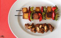 SOSCuisine: Brochettes de #tofu et poivrons avec sauce aux arachides. Les « satés » ou « satays » sont de petites brochettes de viande ou poisson marinées puis grillées, et servies avec une sauce épicée aux arachides. Il s'agit du plat national de l' #Indonésie. Cette recette s'inspire de ces « satés », mais la viande y est ici remplacée par du tofu afin de convenir aux #végétariens.