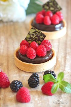 Tartlets and raspberry chocolate mousse Beaux Desserts, Fancy Desserts, Delicious Desserts, Yummy Food, Pastry Recipes, Cake Recipes, Dessert Chef, Sweet Tarts, Chocolate Desserts