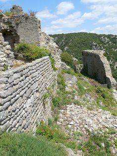 Termes - Château de Termes - Enceintes Est de la partie haute. Juillet 2008.