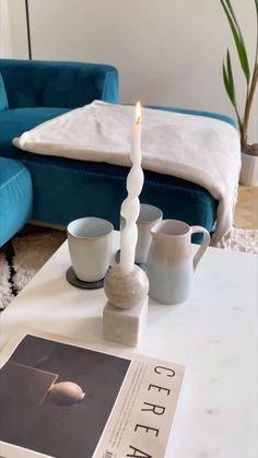 Gedrehte Kerzen, welche wie Spiralen aussehen, sind aktuell nicht mehr aus stylischen Wohnungen wegzudenken. Inzwischen gibt es aber nicht nur die beliebten Twisted Candles, auch andere Formen machen das Rennen auf Instagram und Pinterest. Mit dieser einfachen DIY Kerzen Anleitung für Spiralkerzen holen Sie sich im Nu den Skandi-Flair zu Ihnen nach Hause!/Westwing DIY twisted candle selber machen Kerzen Tipps Tricks modern Trend 2021 Deko dekorieren einfach easy basteln Living Room Modern, Tea Lights, Diy And Crafts, Room Decor, Candles, Instagram, Decorating Candles, Organic Shapes, Room Interior Design