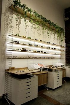 decoración de optica originales - Buscar con Google Showroom Interior Design, Interior Design Living Room, Glass Store, Glasses Shop, Optical Shop, Clinic Design, Retail Store Design, Shop Interiors, Optometry Office