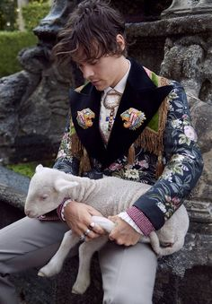 Harry styles fronts gucci campaign with baby pigs and goats Harry Styles Fofo, Harry Styles 2012, Harry Styles Funny, Harry Styles Pictures, Harry Styles Imagines, Harry Edward Styles, Harry Styles Shoes, Harry Styles Hands, Gucci Campaign