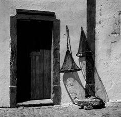 """Série """"Geometrias e composições"""". Santa Luzia, Tavira. Algarve, décadas de 50/ 60. Algarve, City Style, Shades Of Grey, Portuguese, Black And White Photography, Light In The Dark, Monochrome, Cool Photos, Painting"""