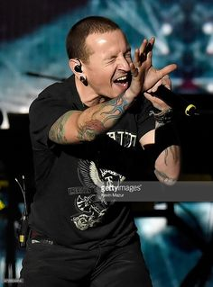 Singer Chester Bennington of Linkin Park performs onstage during Rock In Rio USA at the MGM Resorts Festival Grounds on May 2015 in Las Vegas, Nevada. Chester Bennington Tattoo, Charles Bennington, Chester Rip, Linkin Park Chester, Rock Music, My Music, Rock In Rio, Mike Shinoda, Rhythm And Blues